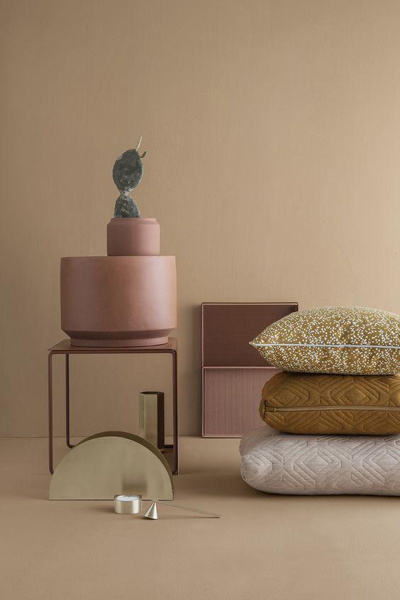 Kisebb bútordarabok, dekorációk rózsaszínben, rozsdabarnában.