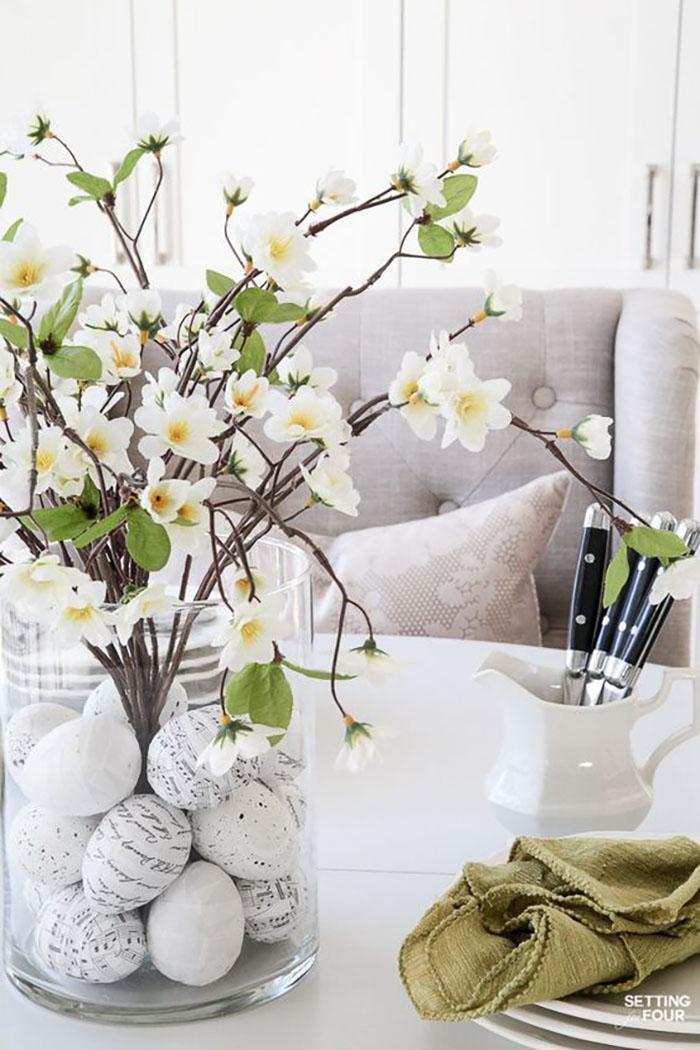 Virágzó ágacskák egy üveg vázában, hangjegyes és feliratos fekete-fehér tojásokkal. Nektek is bejön a maga egyszerűségével?