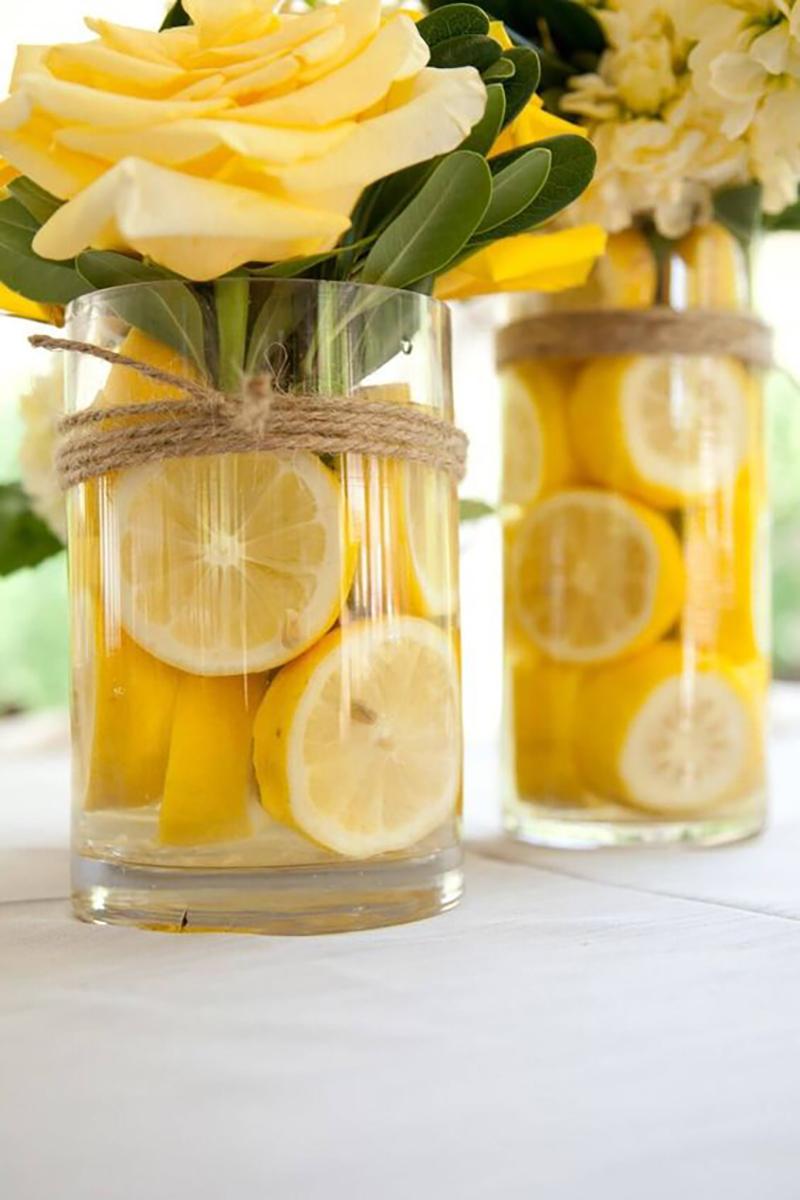 Végy egy vázát, citrom karikákat és friss virágokat majd kösd át egy szalaggal vagy madzaggal és kész is a recept :-).