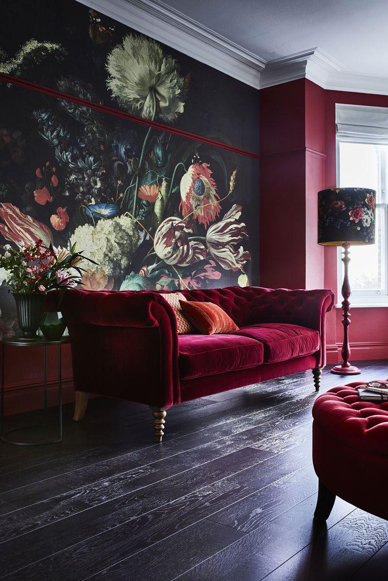 Itt a sötét színek dominálnak a virág mintás tapétán, mellé az extra szín a vörösbor színe, amely megtalálható a tapétán is így szépen visszaköszön.