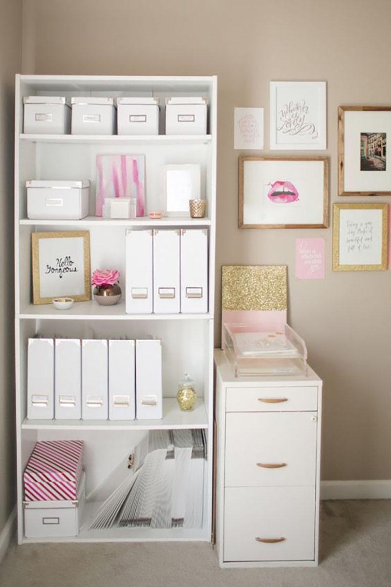 Csinos otthoni iroda: a fehér bútor nagyon jól mutat a tejeskávé színű fallal, ezen kívül a titok nyitja, hogy a rendszerezők(dobozok, mappák) mind fehérek, tehát egybeolvadnak a fehér bútorokkal. Ezen kívül csak aranyat és pinket használtak a képen.
