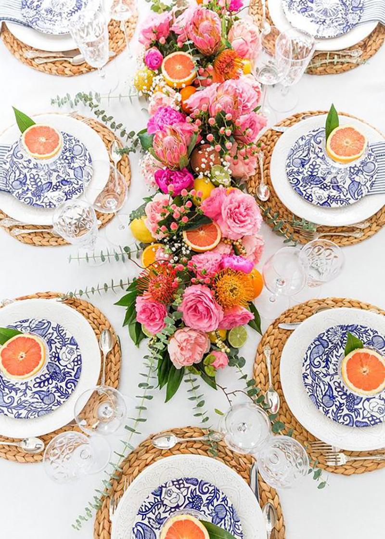 Sötétkék-fehér porcelán tányér milyen jól mutat az élénk színű virágokkal és a gyümölccsel.