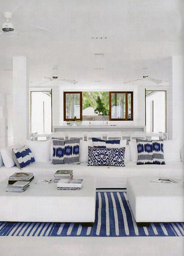 Néhány kék-fehér mintázatú párnával és egy csíkos szőnyeggel is fel lehet dobni egy tiszta fehér helyiséget.