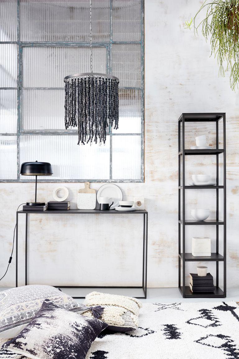 Fekete lámpák, polc és konzolasztal fehérrel társítva.