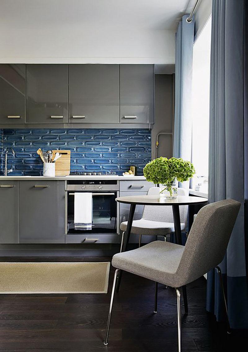 Szürke konyhabútor, különleges kék csempével kombinálva, nagyon mutatósak együtt. Ez a kis reggelizősarok az előtérben is nagyon szuper.