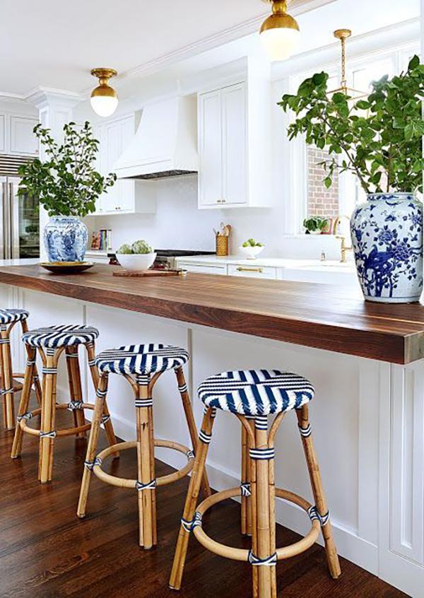 Csíkos ülőkéjű bárszékek, nagyon egyedi kék-fehérben.