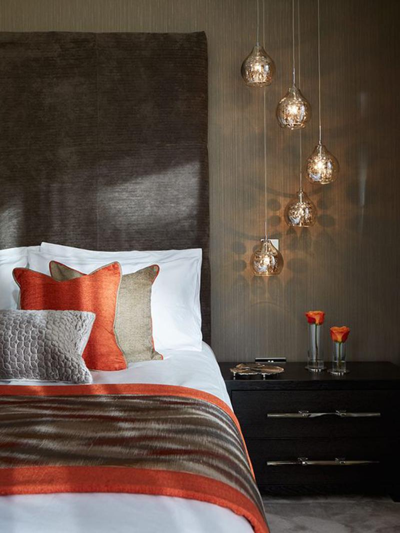 Barna és narancs, a hálóban nem zavaró ha kissé sötétebb árnyalatokat használunk, vagyis a fal is barna árnyalatú.