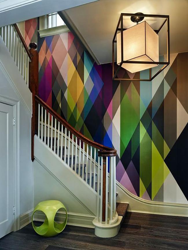 Vidám színes geometrikus mintás fal.