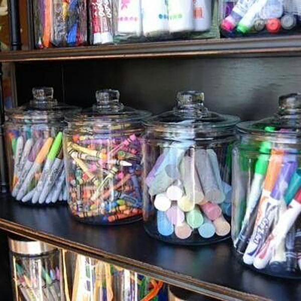 Nagyszerű mód az írószerek rendszerezésére, nem csak gyerekszobában. Gyerekszobában üveg helyett műanyag tartókat használjunk.