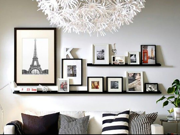 Ez is nagyon tetszik, nincs túl sok kép a polcokra pakolva, és szuper jó a nagy kép a falon.