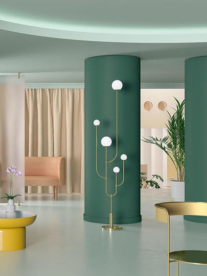 Pár falszakasz zöldre és kész egy egyedi belső. Az előtte lévő fehér-arany lámpa még jobban kiemeli a zöld oszlopot.