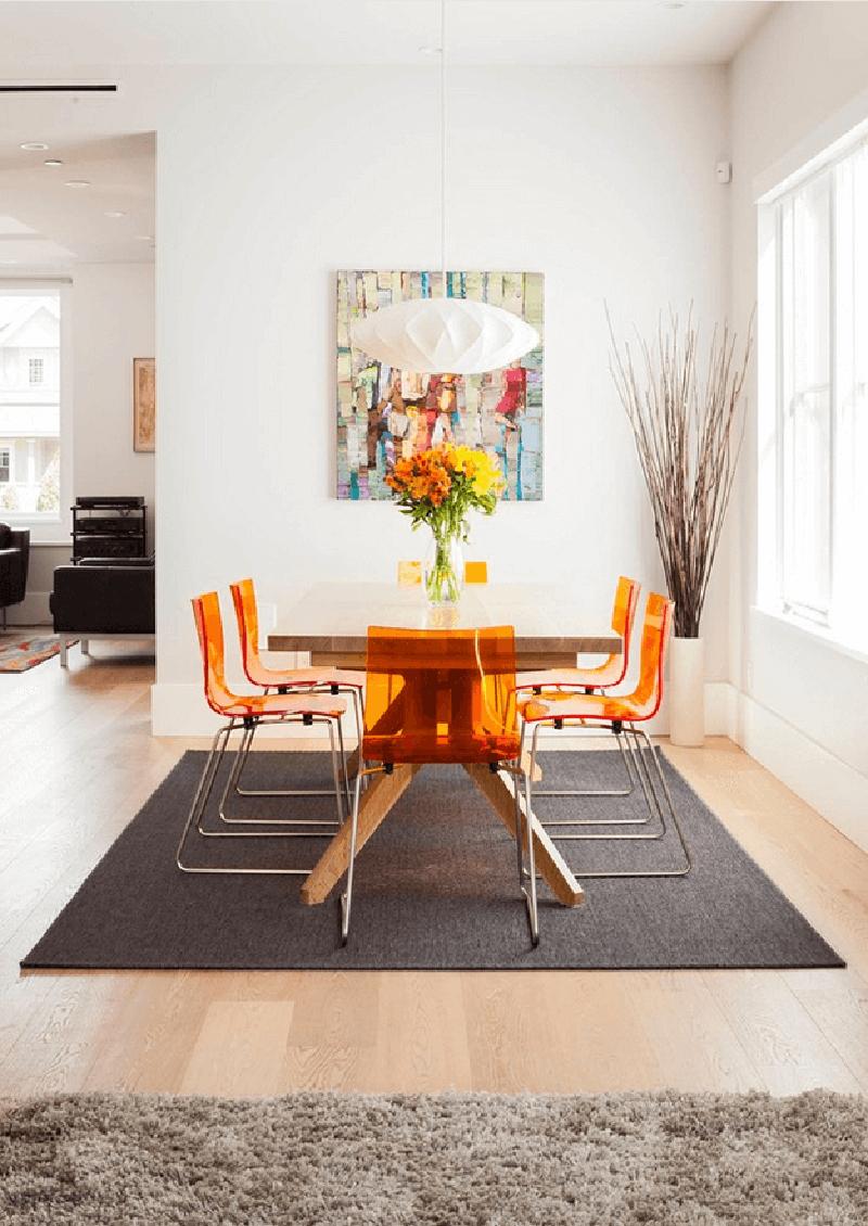 Barna és narancs valamint fehér egy tök jó színes faliképpel feldobva. Az előző képhez képest sokkal frissebb a hatás azzal, hogy világos színekkel kombinálták a narancsot.