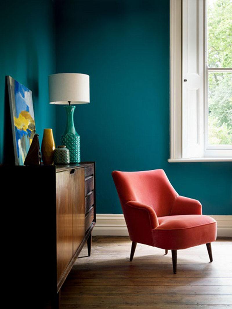 Tök jó páros a kék fal a narancsos fotellel.