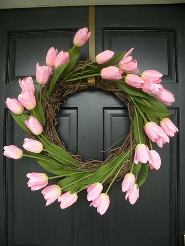 Nem szomorú koszorú, vidám tulipánokkal :-).