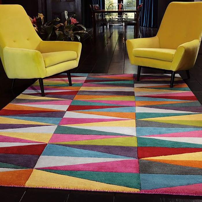 Színes geometrikus mintás szőnyeg.