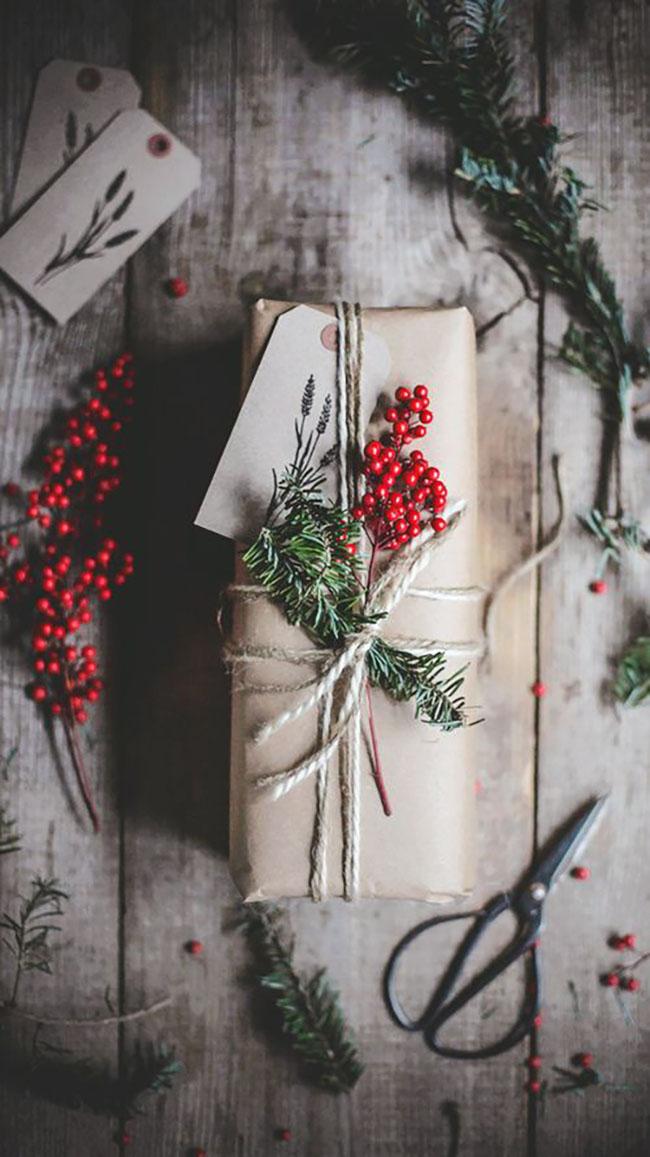 Sima natúr csomagolópapír, piros bogyóval, zöld ággal, nem is kell ennél több.