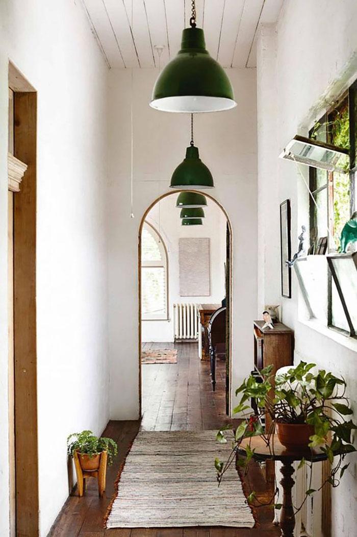 Zöld kiegészítőkkel is lehet játszani, például ugyanolyan lámpákat helyezünk el egymás mellett és mennyire feldobja ezt a teret.