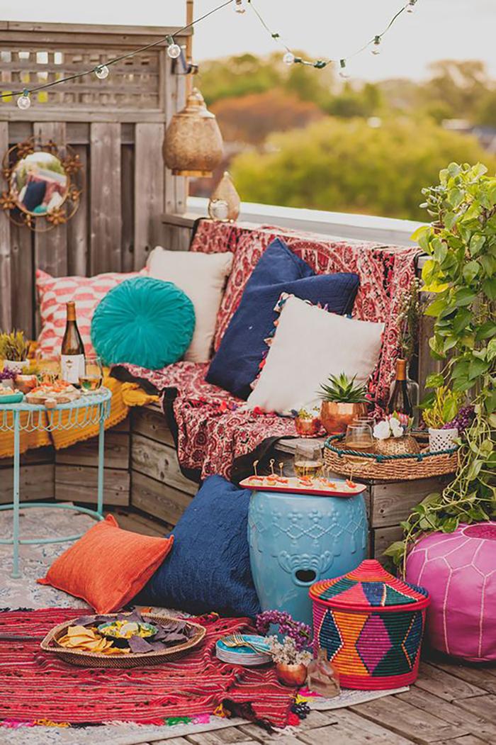 Végezetül egy bohó terasz, színes párnákkal, textíliákkal. Szinte hívogat :-).