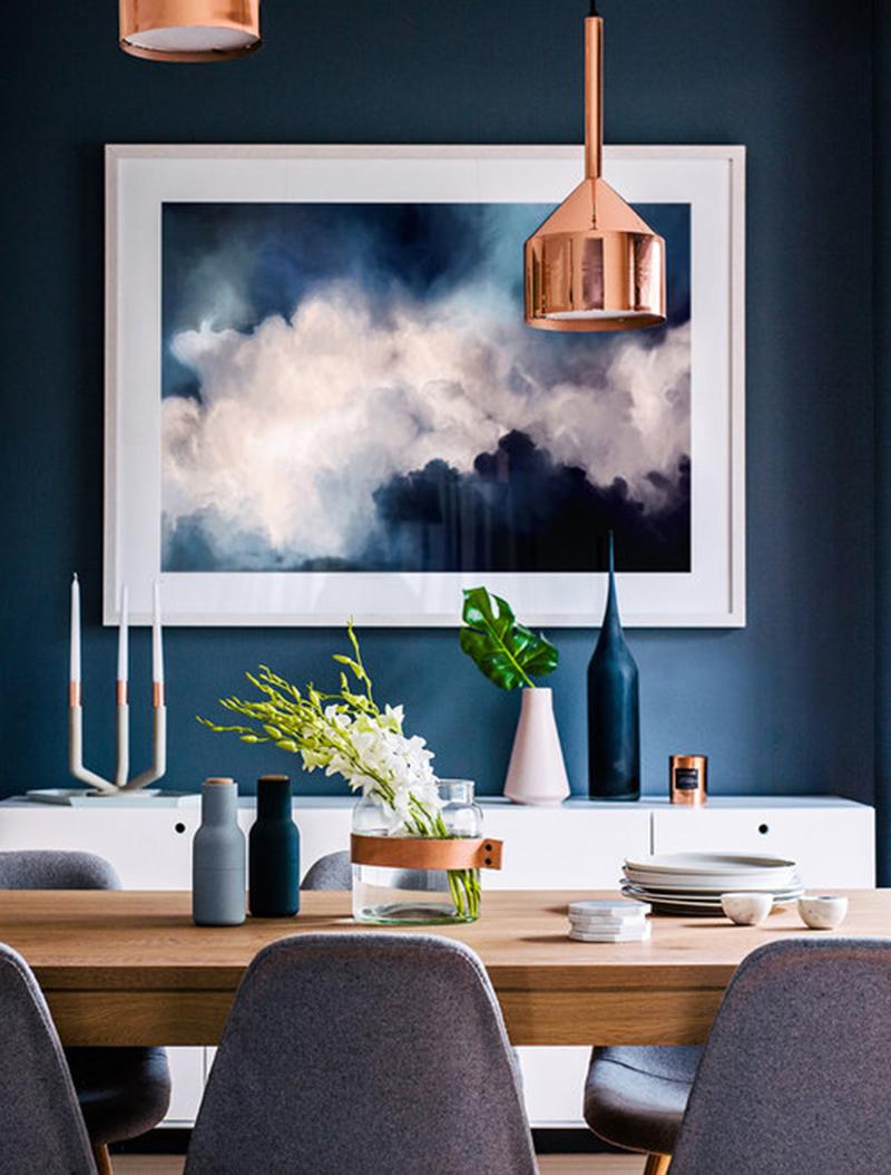 Kedvencem a kék fal nem maradhat ki, fehérrel, szürkével és réz színű mennyezeti lámpával.