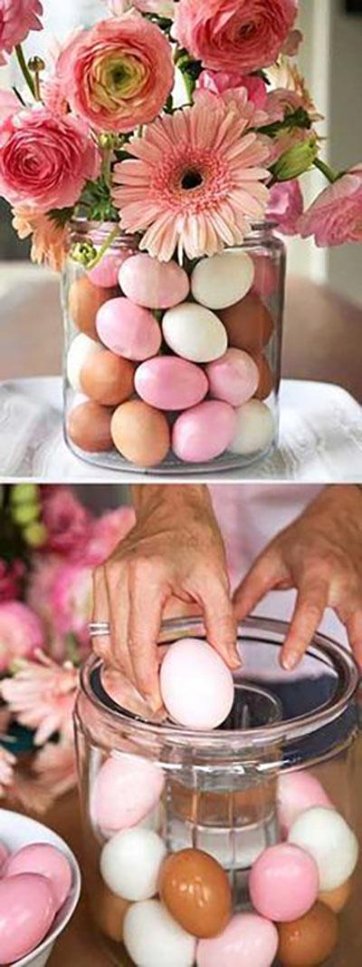 Szintén egy megoldás a vázás verzióra, mégpedig a váza belsejében van egy rejtett váza vízzel amibe egy virágcsokrot helyezünk, kívülről pedig hasonló színben pompázó tojások díszítik.