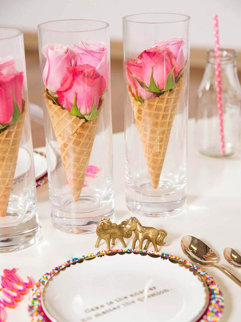 Hosszúkás pohárba rakunk fagyitölcsért, majd abba élénk színű friss virágokat. Milyen mutatós!