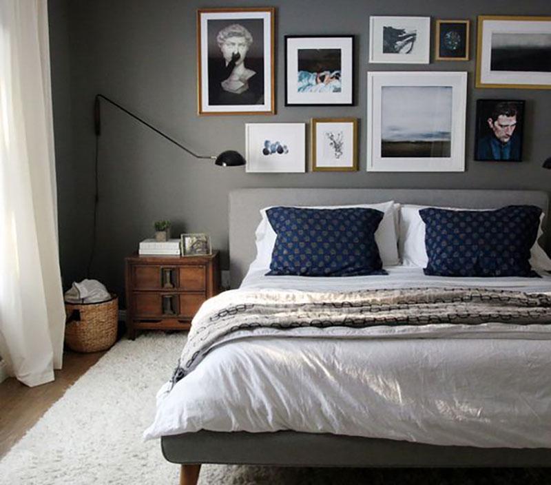 Galéria fal az ágy fölötti szürke falon, szuperül néz ki és persze a sötétkék kék párnák sem hiányozhatnak.