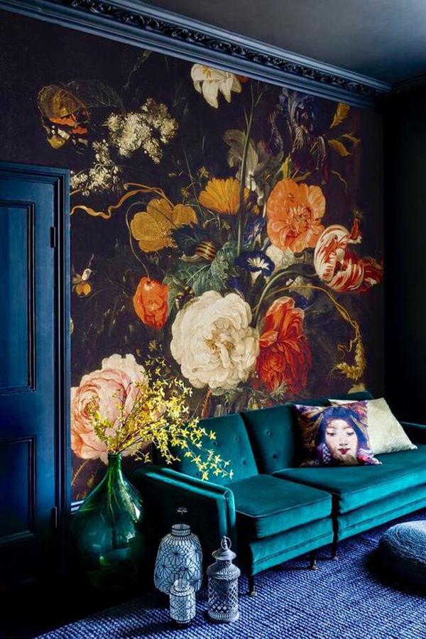 Hatalmas méretű virágok a tapétán, a kék árnyalataival.