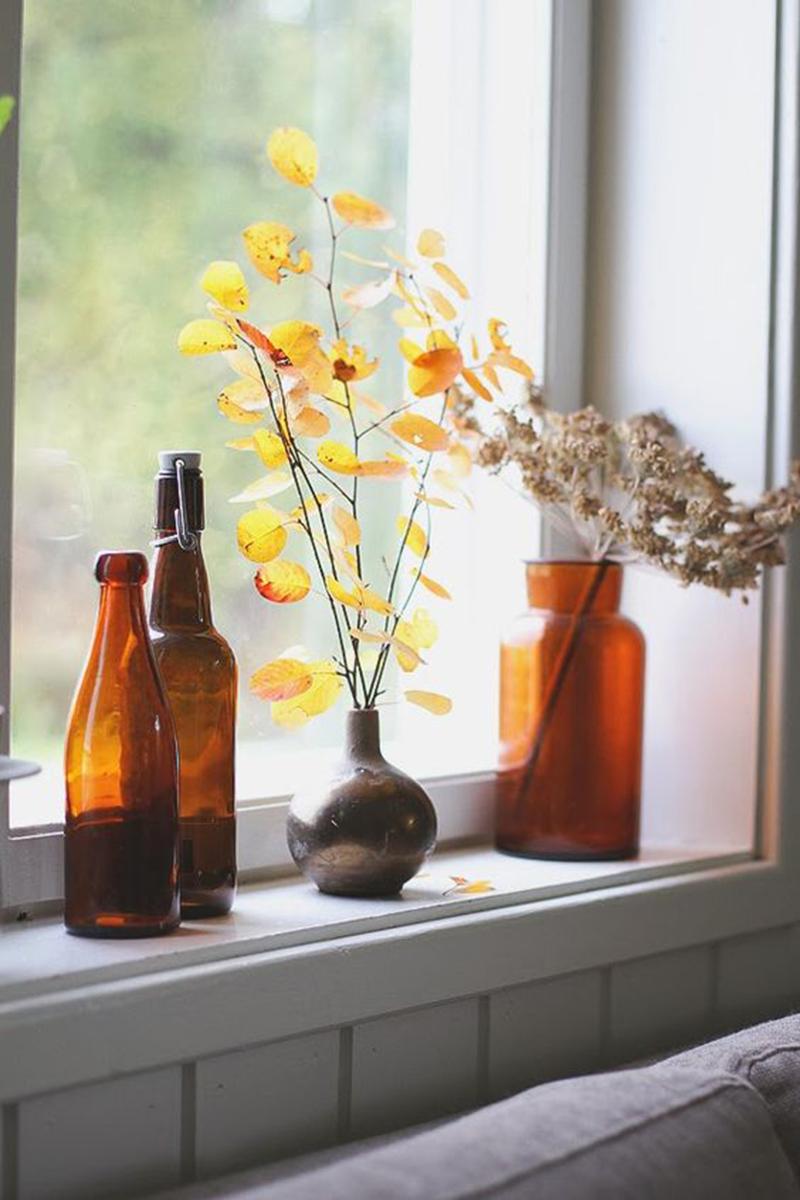 Dekoráció tekintetében is használhatjuk a barnát, otthonos lesz egy pár üvegtárgytól a nappalink.
