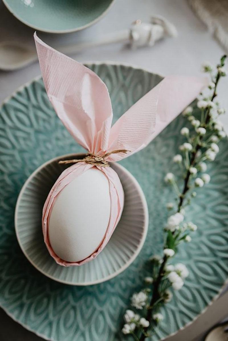 Jaj, ez nagyon cuki nyuszis teríték, csak tojás és szalvéta kell hozzá, amelyet nyuszifülként megkötünk és már kész is.