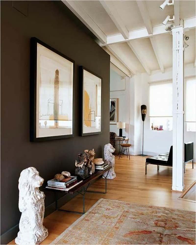 Sötét barna fal, fehérrel kombinálva elegáns érzetet kelt és nem is túl sok.