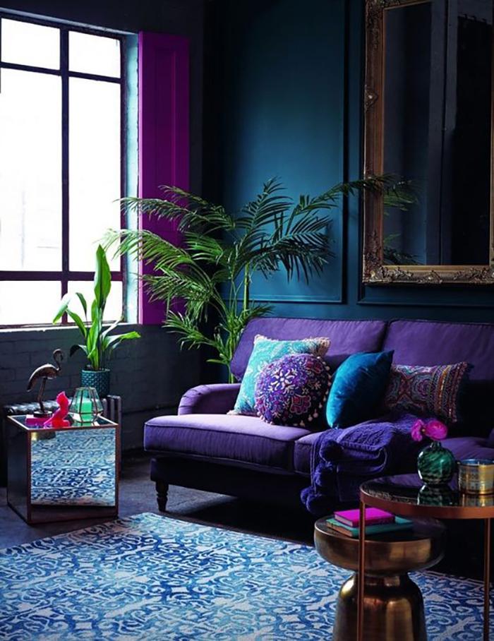 Lila és kék, valamint különböző anyagok kombója: bársony, tükör, fémek és persze növények.