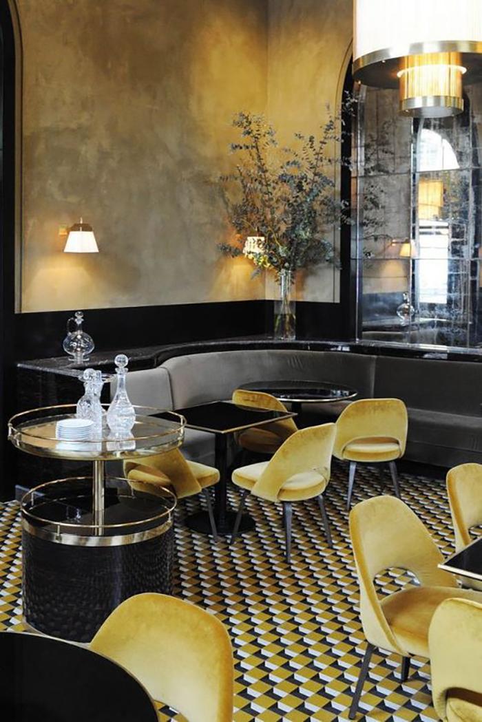 Egy tök jó geometrikus mintájú járólap, amely színben megy a mustársárga székekhez.