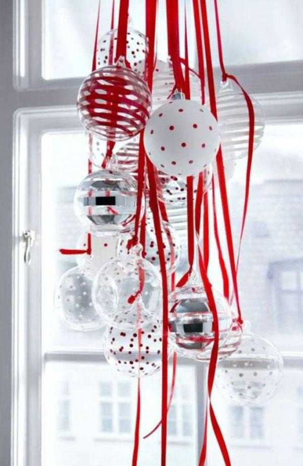 Piros és fehér üveg gömbök piros szalagokon lelógatva, nagyon helyes kis modern dekoráció :-)!