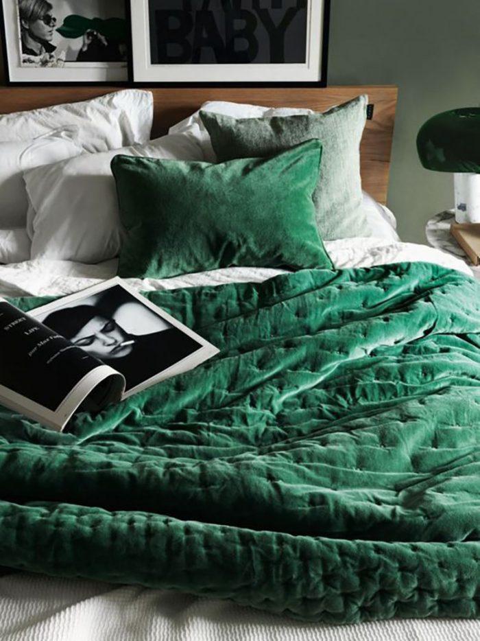 Ha csak egy ütős zöld kiegészítőt választunk, pl. egy zöld ágytakarót és párnát, már fel is dobtuk a szobát vele, a natúr színeket is életre kelti.