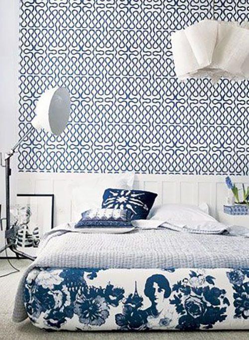 Egy különleges kék-fehér tapéta, mellé az ágy kék-fehérben és mennyire nem szokványos ez a háló ebben a két színben.