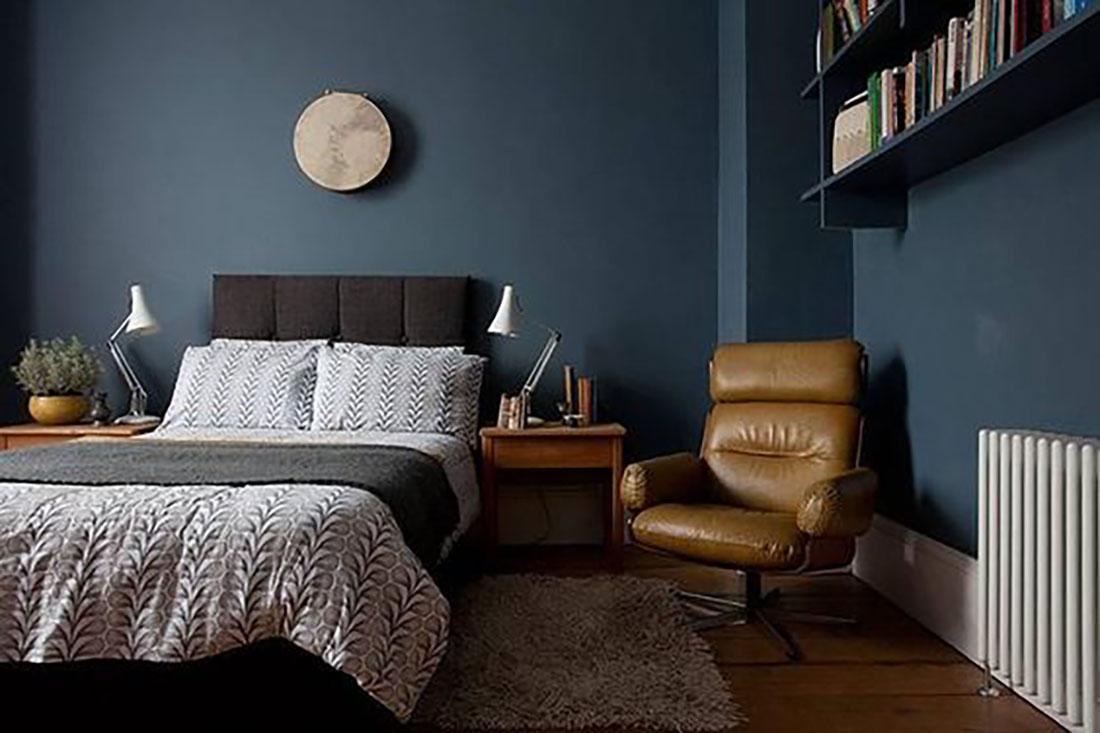 Azt már biztosan észrevettétek, hogy imádom a kék falakat :-), némi világosszürkével és barna bőrfotellel kombinálva nagyon vagány.