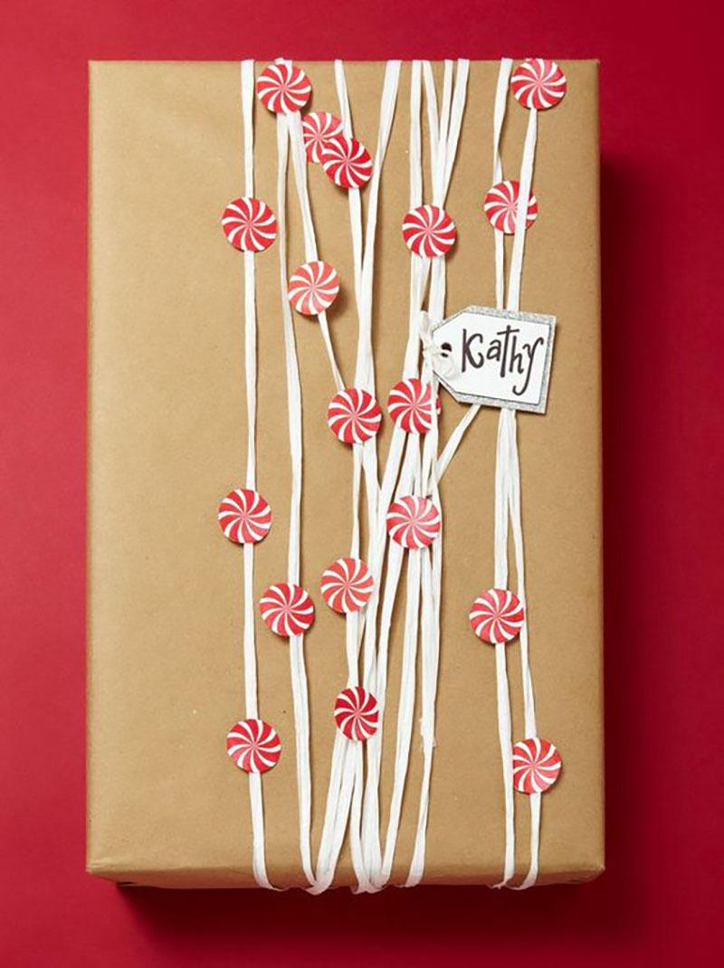 Sima barna, postai csomagolópapír fehérrel átkötve, piros-fehér cukorka formákkal díszítve.