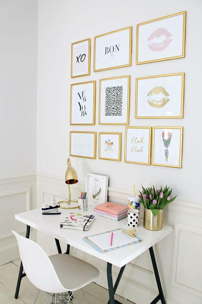 Arany színű keretek különféle méretekben az íróasztal vonala mentén.