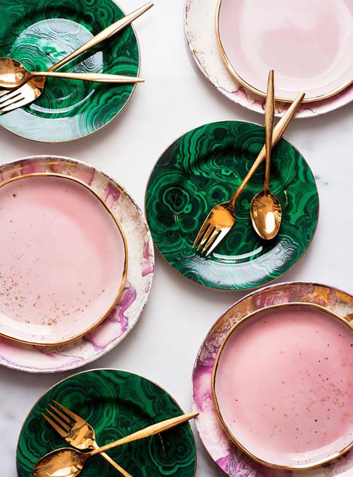Milyen szuper zöld tányérok és nagyon jól illenek a rózsaszín tányérok mellé valamint az arany evőeszközökhöz. Sőt ez egy rózsaszín leves :-)?