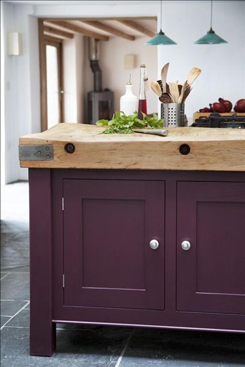 Elég szokatlan választás a szilva színű bútorlap a konyhába, általában a natúr színeket szokták választani, de miért ne lehetne egy ilyet is kipróbálni?