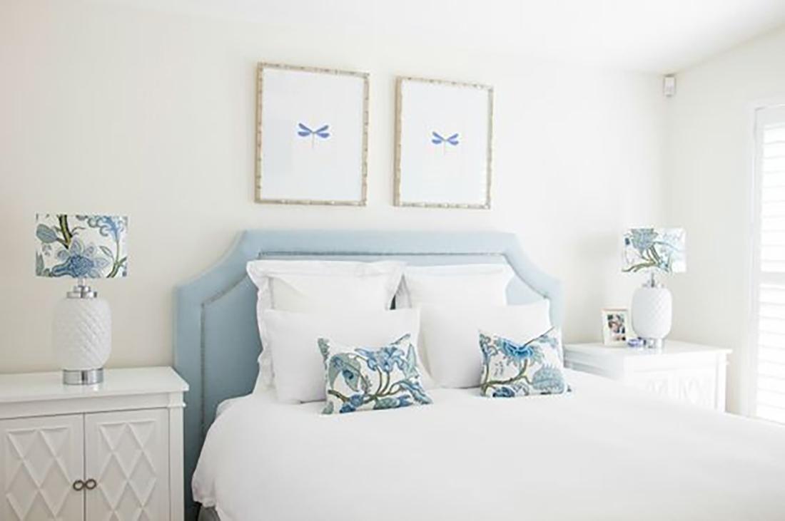 A kék bármely árnyalatával kísérletezzetek nyugodtan, a fehérrel mindegyik jól mutat. Itt az ágytámla, a lámpabúrák és a párna dobják fel az amúgy fehér szobát.