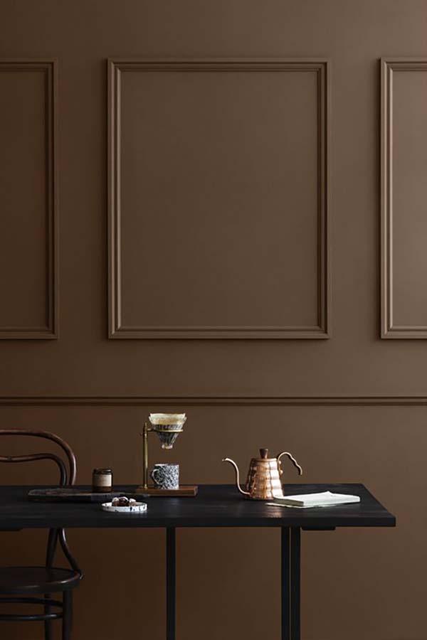 Sötét barna fal még sötétebb bútorral kombinálva, nekem tetszik.