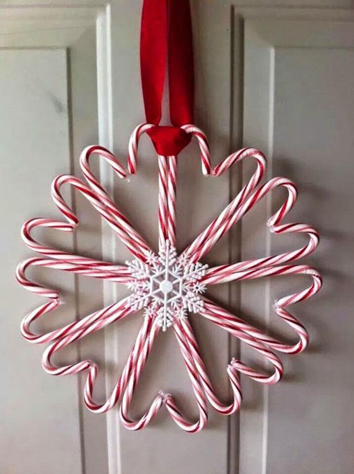Cukorka kedvelőknek: fogjatok jópár piros-fehér csíkos nyalókát, rögzítsétek szívecske formában kettessével. A közepére jön egy hópehely dísz és máris kész az ajtó vagy fali dísz.