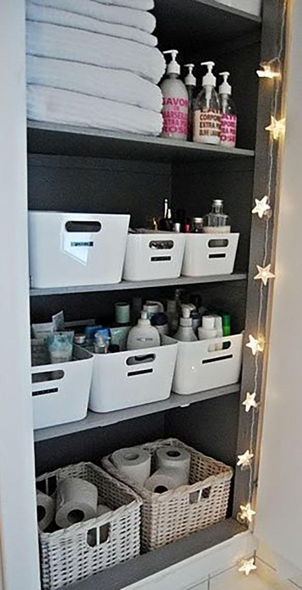 Fürdőszobai tárolás, kategóriánként fehér tárolókban. Lehet műanyag vagy akár fonott is.