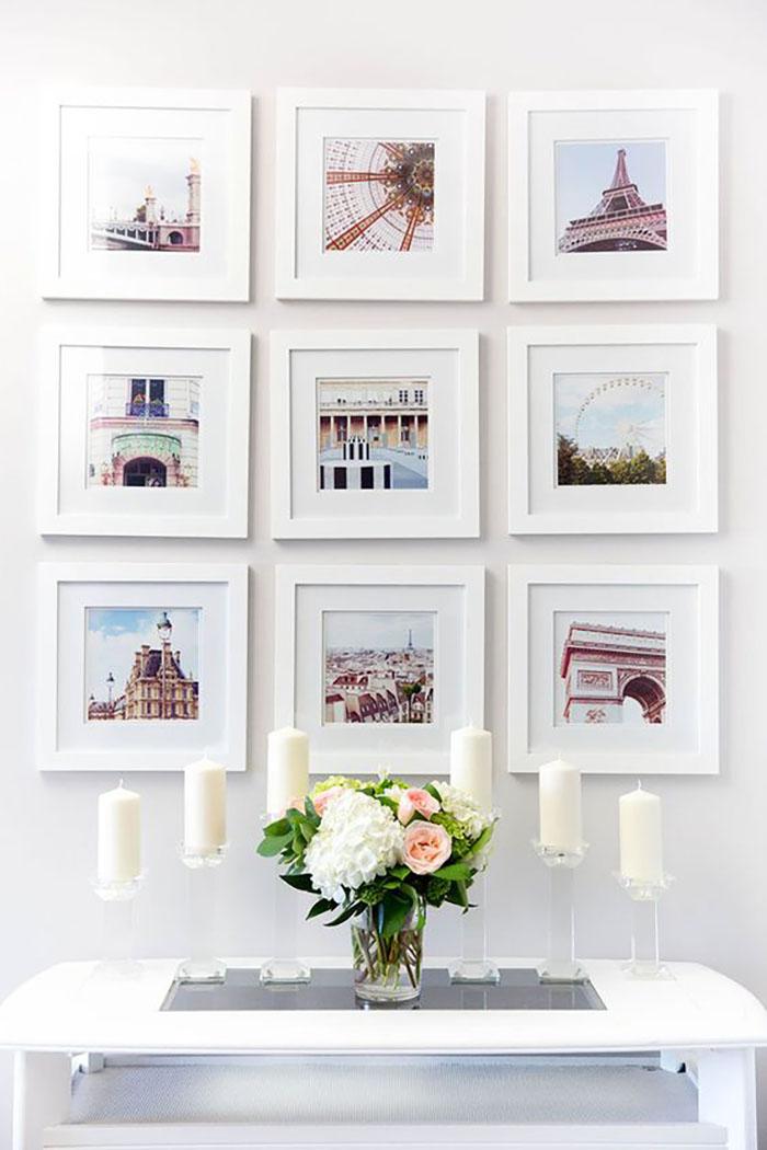 A maga egyszerűségével gyönyörű ez a fal, csupa fehér, egyforma méretű keretekkel, nem agyon bonyolítva.