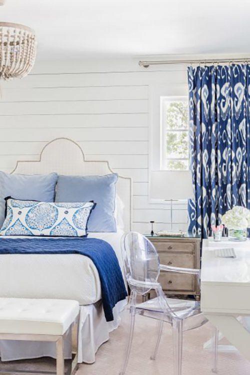 Különleges textilekkel mindig remekül feldobható egy szoba berendezése, itt a sötétítő függöny ami a szemet odacsalja, illetve a hosszúkás párna mintázata.