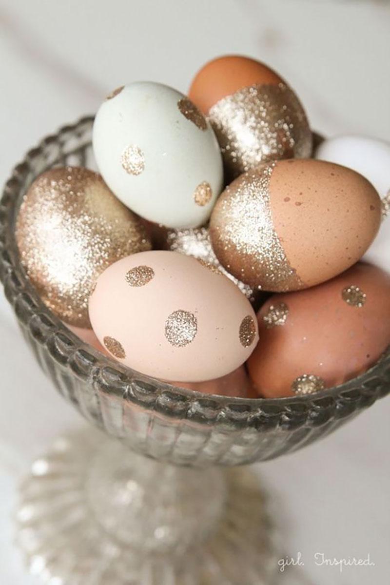 Csak úgy asztaldekorációnak, arany csillámos pöttyös tojások :-).