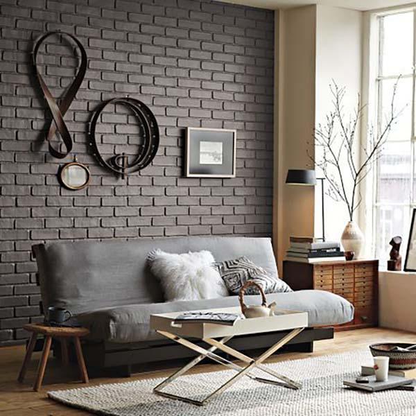 Tégla falat is lehet barnára festeni, loft stílusú ez a lakás, világos bútorokkal kombinálták a barna falat. A barna a világos szürkével is jól mutat és egy kis fehérrel megfűszerezve.