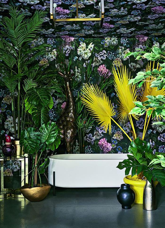 Itt aztán nem spóroltak a virágos tapétával, a növényekkel, a sárga növény a központi elem, de ott egy zsiráf is hátul :-).