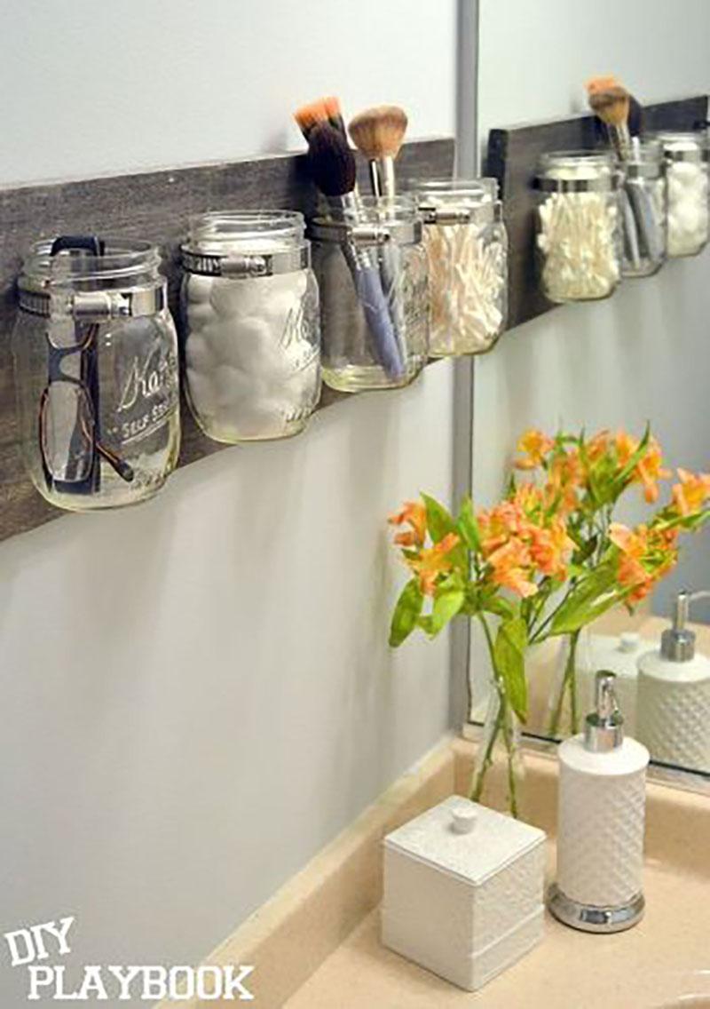 Fürdőszobai tárolás üvegcsékben a falon, minden gyakran használt eszköznek.
